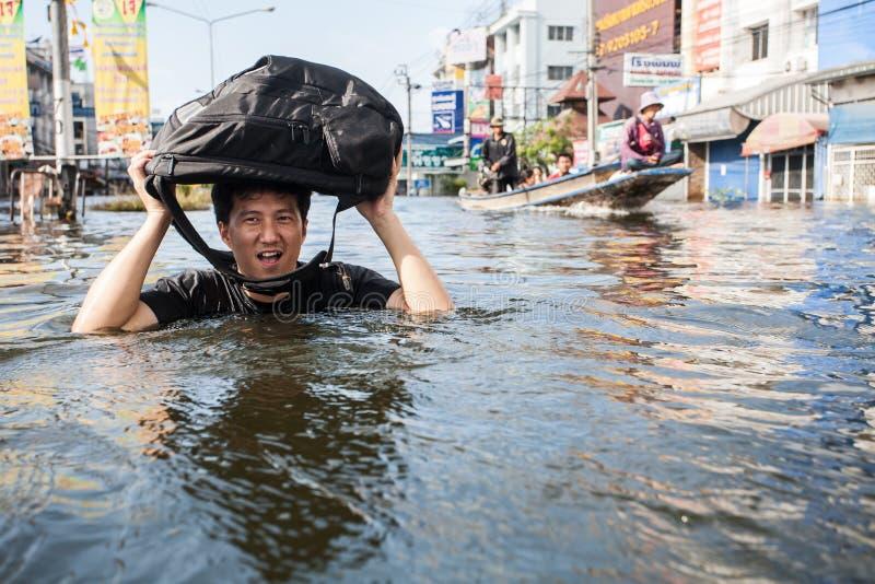 在人泰国2011-The生活方式的Nonthaburi洪水在mas中 库存图片