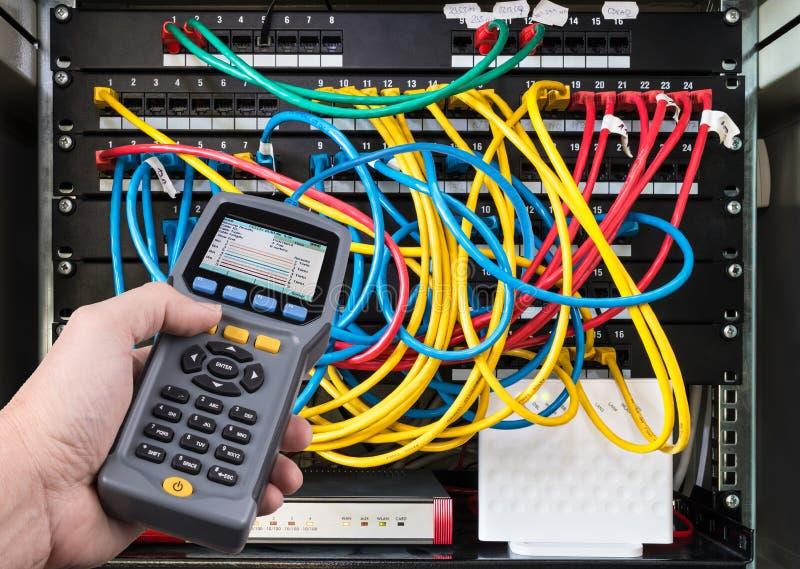 在人的手细节的网络测试合格的缆绳表现测试器 免版税库存图片