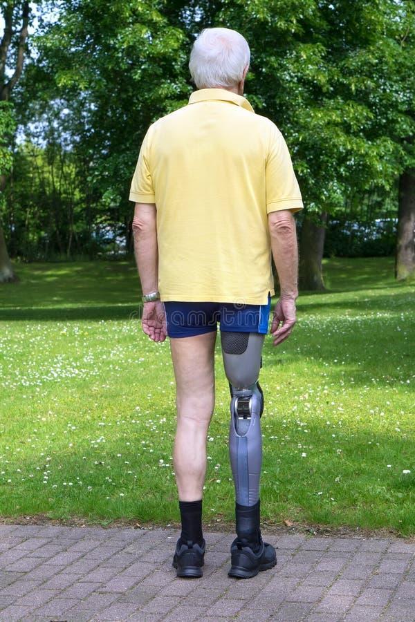 在人的背面图有义肢腿的 免版税库存照片