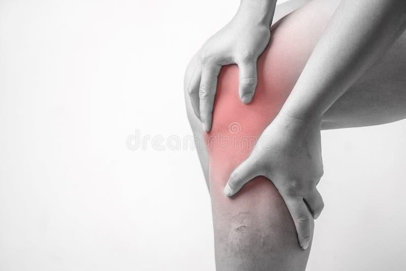 在人的膝伤 膝盖痛苦,医疗关节痛的人,在膝盖的单音口气聚焦 免版税库存照片