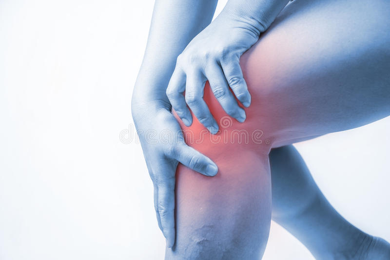 在人的膝伤 膝盖痛苦,医疗关节痛的人,在膝盖的单音口气聚焦 库存图片