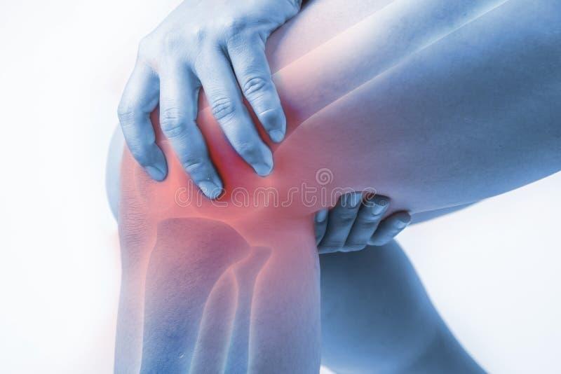 在人的膝伤 膝盖痛苦,医疗关节痛的人,在膝盖的单音口气聚焦 免版税图库摄影
