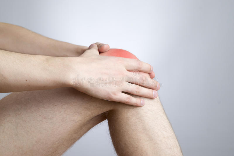 在人的膝盖痛苦 免版税库存照片