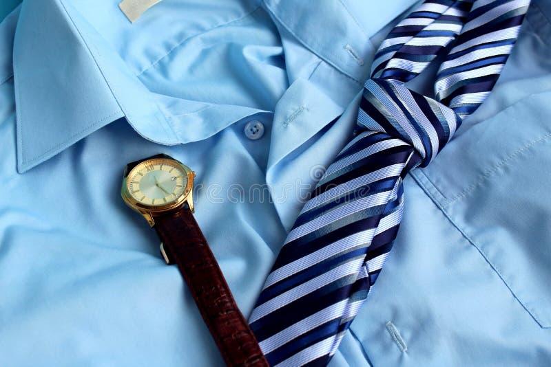 在人的衬衣上有钱包,手表,领带 库存照片