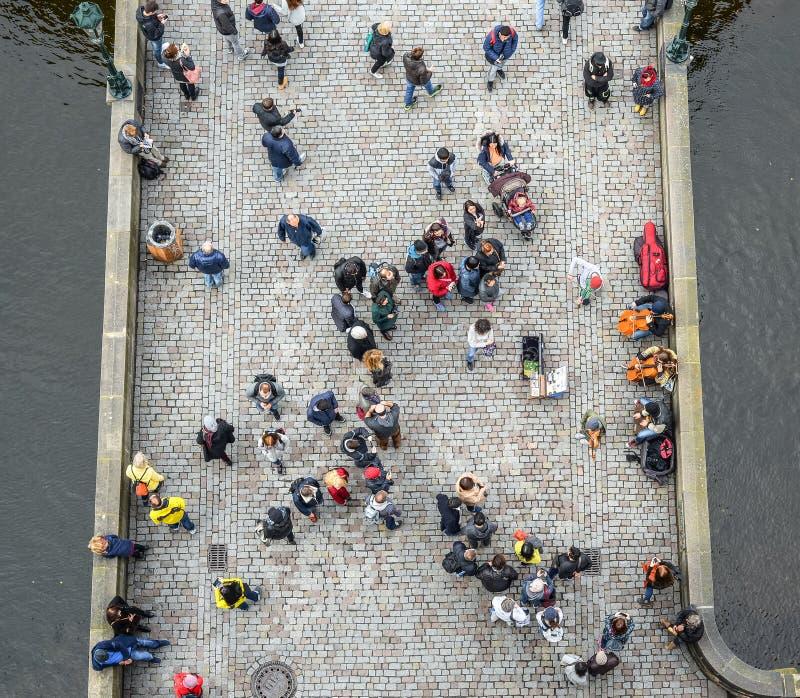 在人群、桥梁和河的顶视图 人们走的查理大桥在布拉格 库存图片