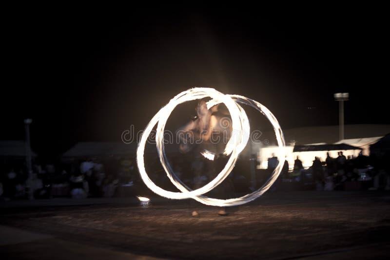 在人群前面的firedancer跳舞 免版税图库摄影