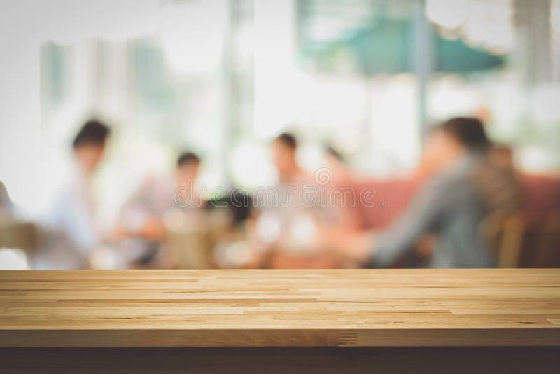 在人迷离背景的木台式咖啡店的 免版税库存照片
