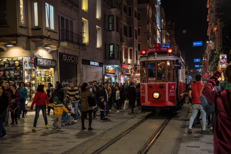 在人,伊斯坦布尔,土耳其人群围拢的塔克西姆Istiklal大道的历史的电车  ?? E 免版税库存照片