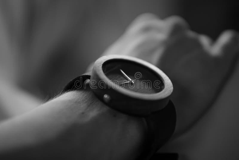 在人` s腕子的木手表在黑白 图库摄影