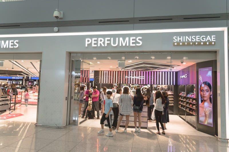在仁川国际机场的MAC化妆用品和香水免税精品店 图库摄影