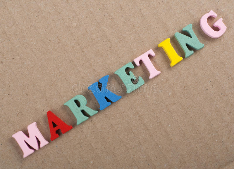 在从五颜六色的abc字母表块木信件组成的木背景,广告文本的拷贝空间的营销词 学会英语 免版税库存照片