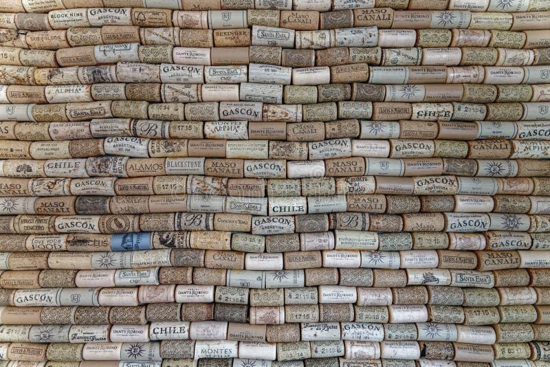 在从各种各样的酿酒厂的酒黄柏盖的墙壁 免版税库存图片