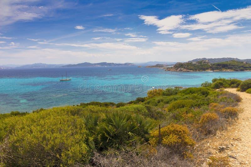 在从圣玛丽亚海岛采取的海岸线的看法在拉马达莱纳群岛,撒丁岛意大利,撒丁岛的颜色 免版税库存照片