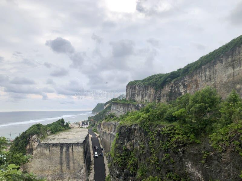 在从小山的顶端被看见的观看的森林中间的路海 库存照片