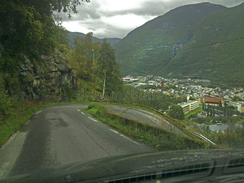 在从汽车里边被拍摄的一条陡峭的路的簪子曲线通过前窗 免版税库存照片