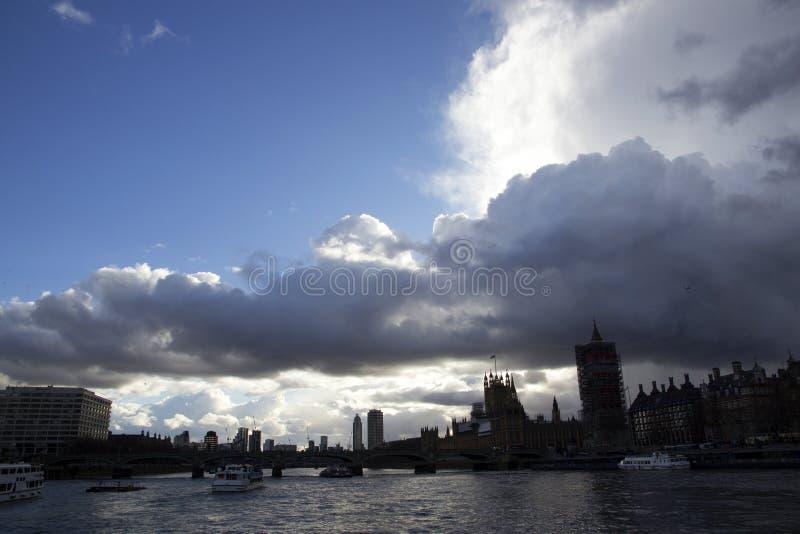 在从泰晤士河看见的威斯敏斯特桥梁的黑暗的天空,伦敦,英国,2月12日, 库存图片