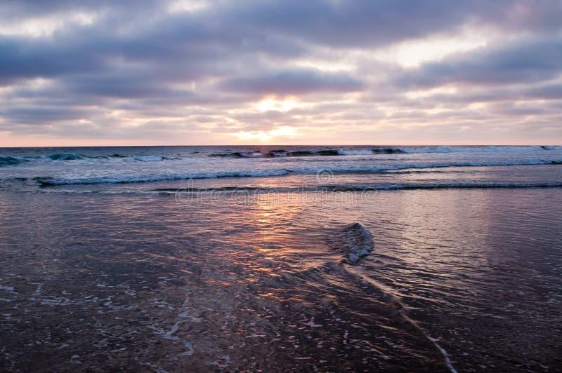 在从海滩看见的太平洋的太阳设置 免版税图库摄影
