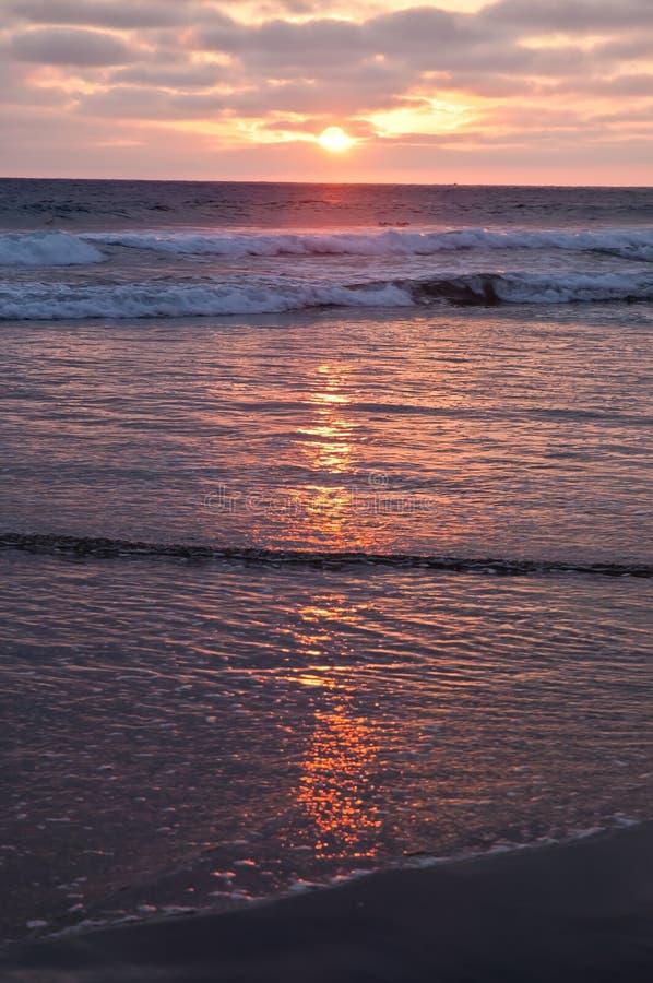 在从海滩看见的太平洋的太阳设置 图库摄影