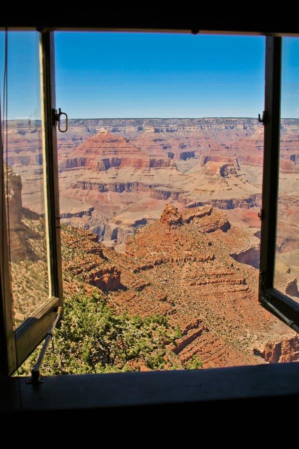 在从窗口观看的大峡谷的岩层 库存照片