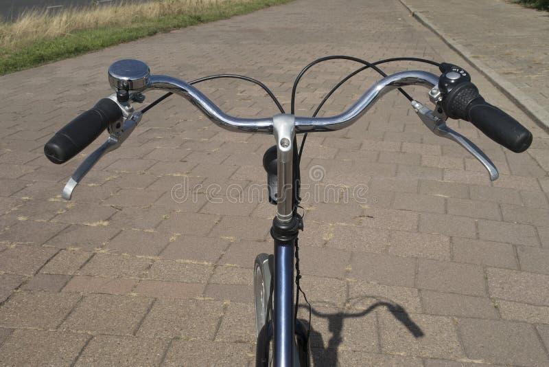 在从cycli角度看被看见的自行车的把柄酒吧 免版税库存照片