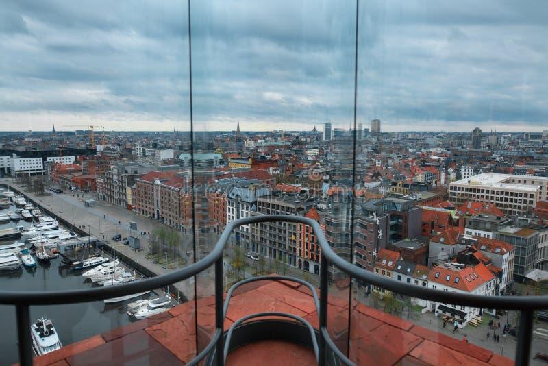 在从mas博物馆的顶端被采取的安特卫普的看法通过窗口 免版税库存照片