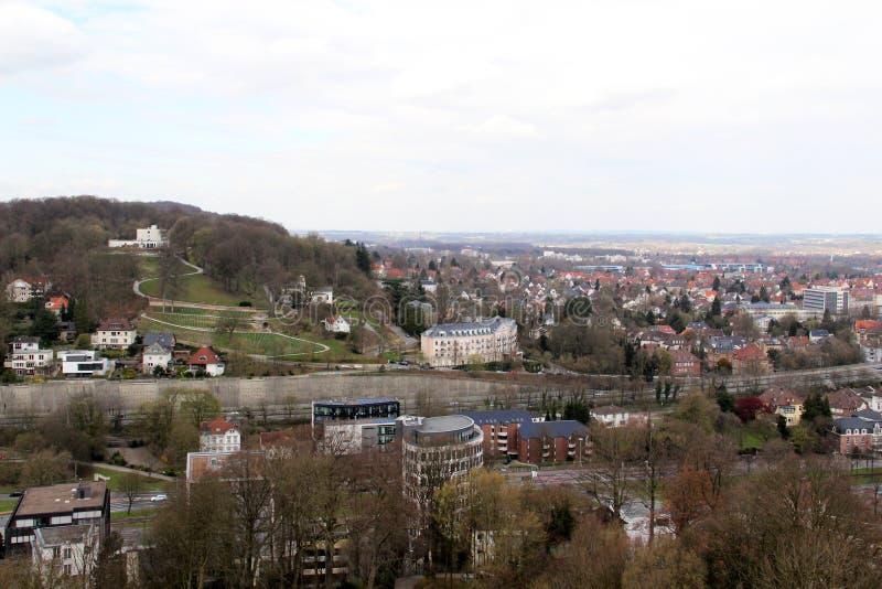 在从sparrenburg和修造的外部的看法观看的小山在比勒费尔德德国 库存图片