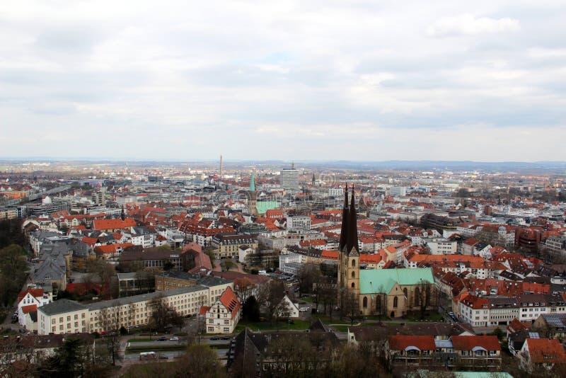 在从sparrenburg和修造的外部的看法观看的教会在比勒费尔德德国 库存照片