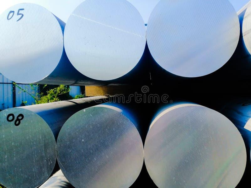 在仓库货物的金属和铝堆对制造的工厂的运输的 库存照片