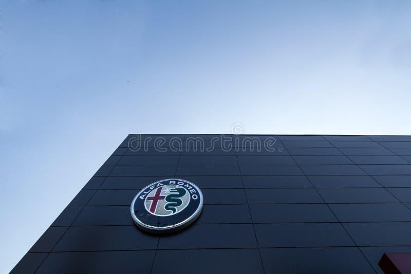 在他们的主要经销权商店贝尔格莱德的阿尔法・罗密欧商标 阿尔法・罗密欧是意大利汽车和汽车制造者 图库摄影