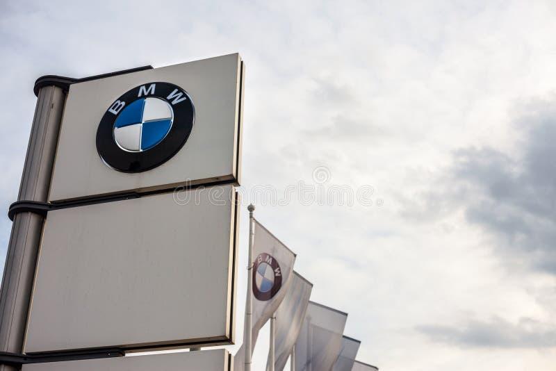 在他们的主要经销权商店贝尔格莱德的BMW商标 BMW是德国汽车和汽车制造商 免版税库存照片