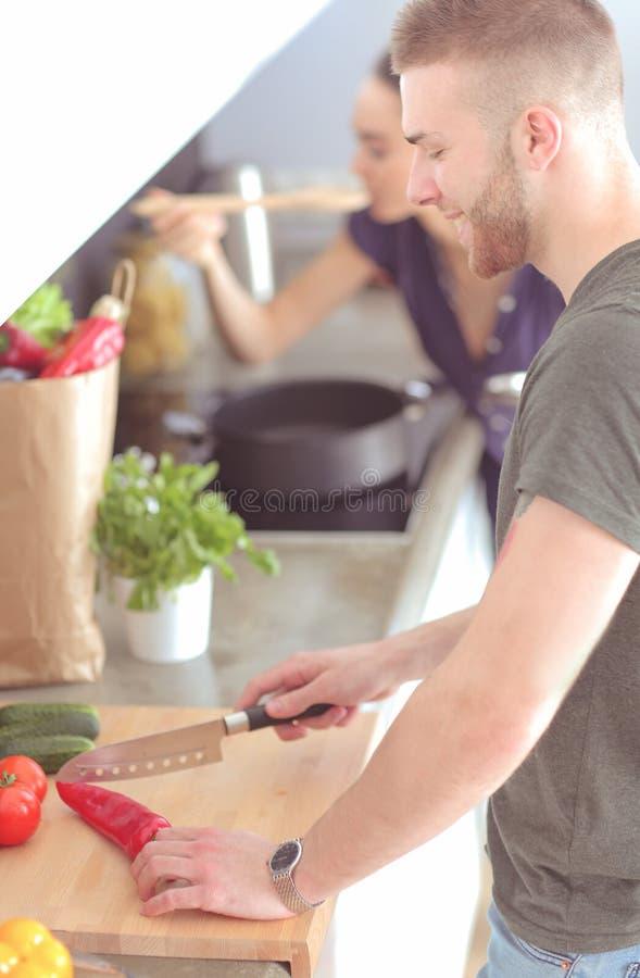在他们的厨房里结合在家一起烹调 库存图片