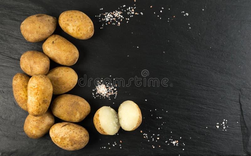 在他们的在石背景的皮肤煮的土豆 免版税库存图片