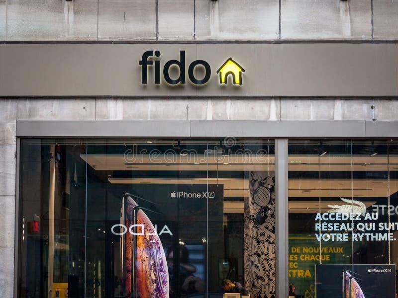 在他们的地方精品店前面的菲多商标在蒙特利尔 Telus是一家加拿大电信公司 库存照片