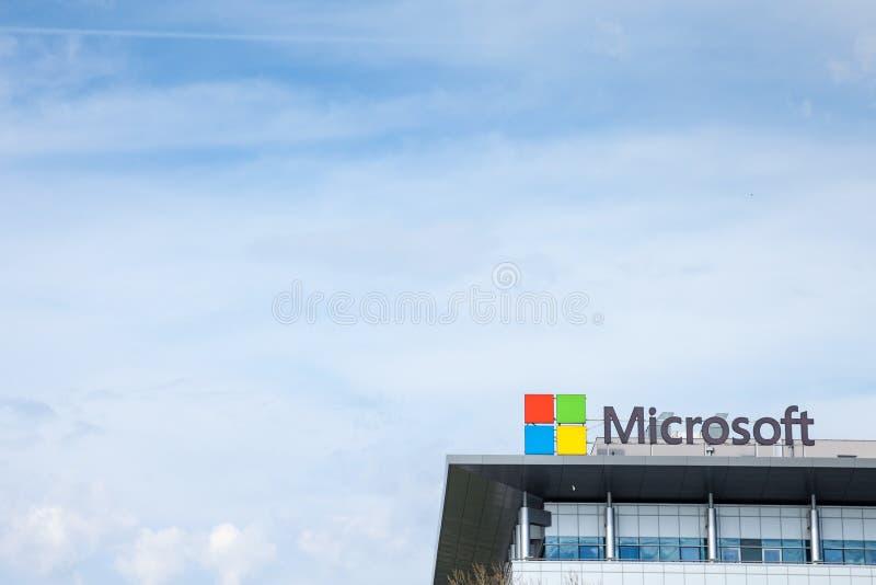 在他们的大会办公处的微软商标塞尔维亚微软开发中心的 免版税图库摄影