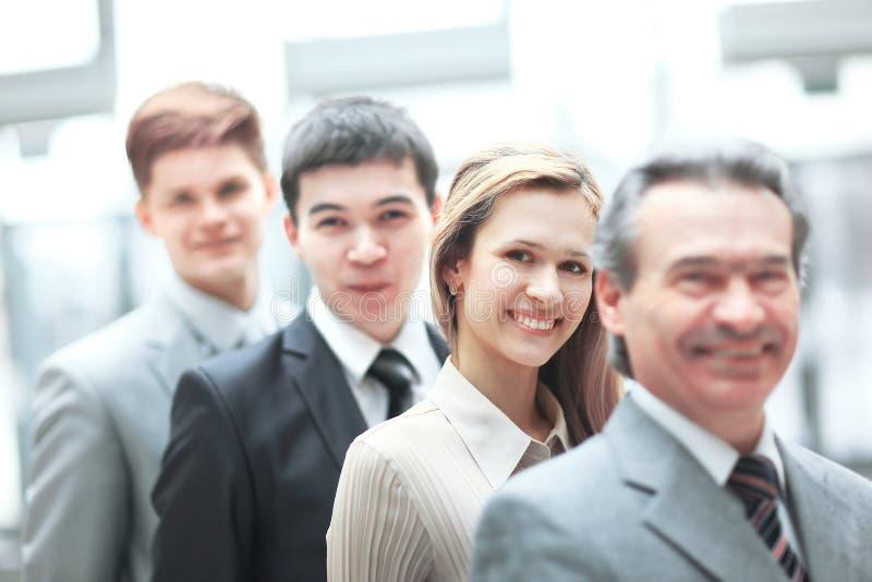 在他的企业队前面的商人身分在被弄脏的办公室背景 库存照片