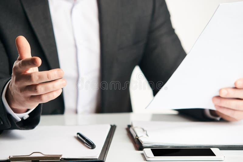 在他的办公室特写镜头的工作的商人 库存照片