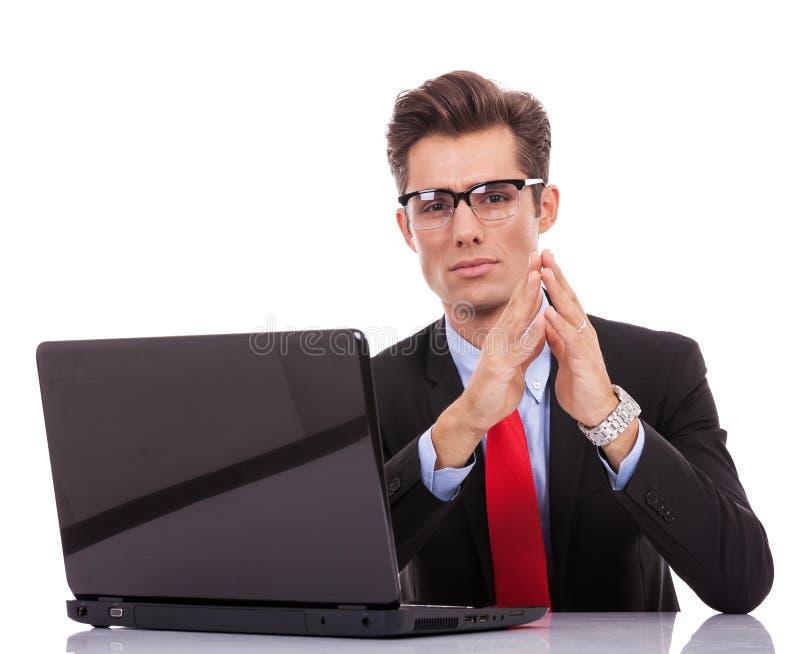 在他的服务台的严重的执行委员 免版税库存照片