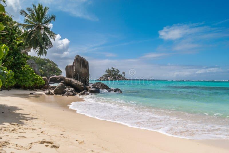 在仙境海滩的花岗岩石头在Anse Royale,塞舌尔群岛,非洲 图库摄影