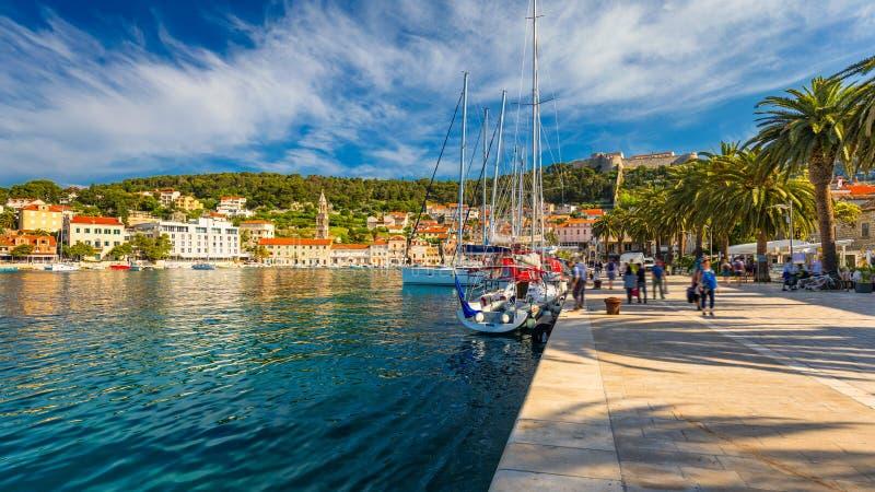 在令人惊讶的群岛的看法在镇赫瓦尔,克罗地亚前面 亚得里亚海的港口hvar海岛老城镇 普遍的旅游目的地 库存图片
