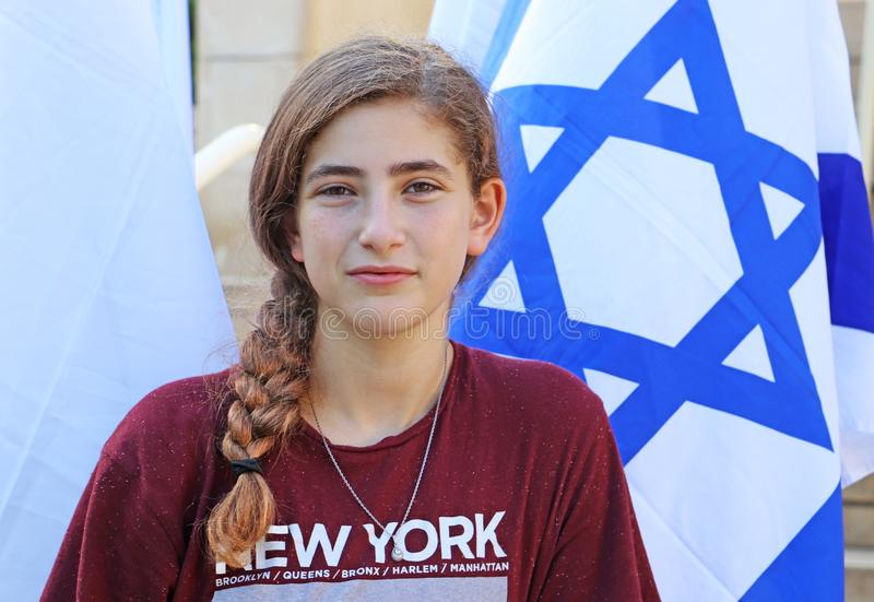 在以色列旗子旁边的一个十几岁的女孩 免版税库存图片