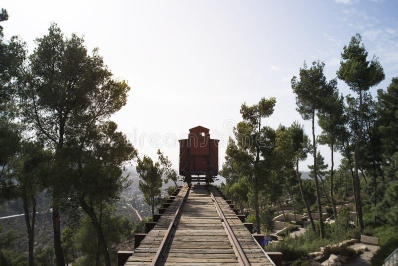在以色列犹太大屠杀纪念馆的浩劫火车在耶路撒冷 纳粹运输犹太人和战俘破坏的火车 免版税库存图片