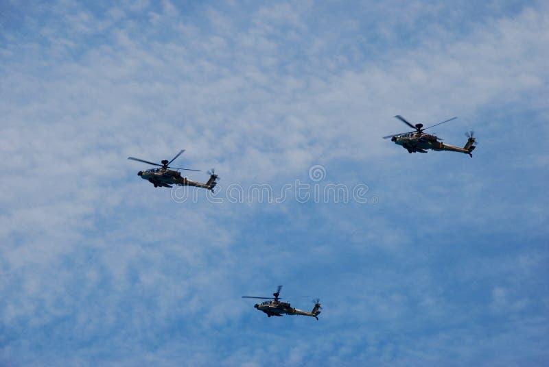 在以色列独立日展示期间,军用直升机飞行 库存图片