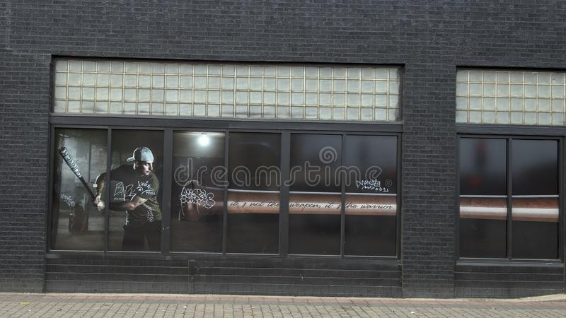 在以Southweastern会议三重冠Winnter黑雁Rooker为特色的深Ellum的窗口绘画 免版税库存图片