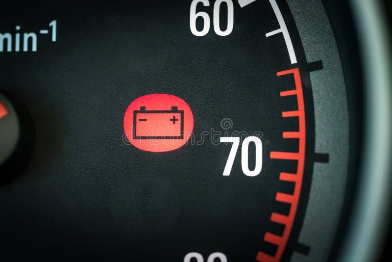 在仪表板警告的汽车电池光关于问题 与红色显示电象和标志的车盘区 免版税库存图片