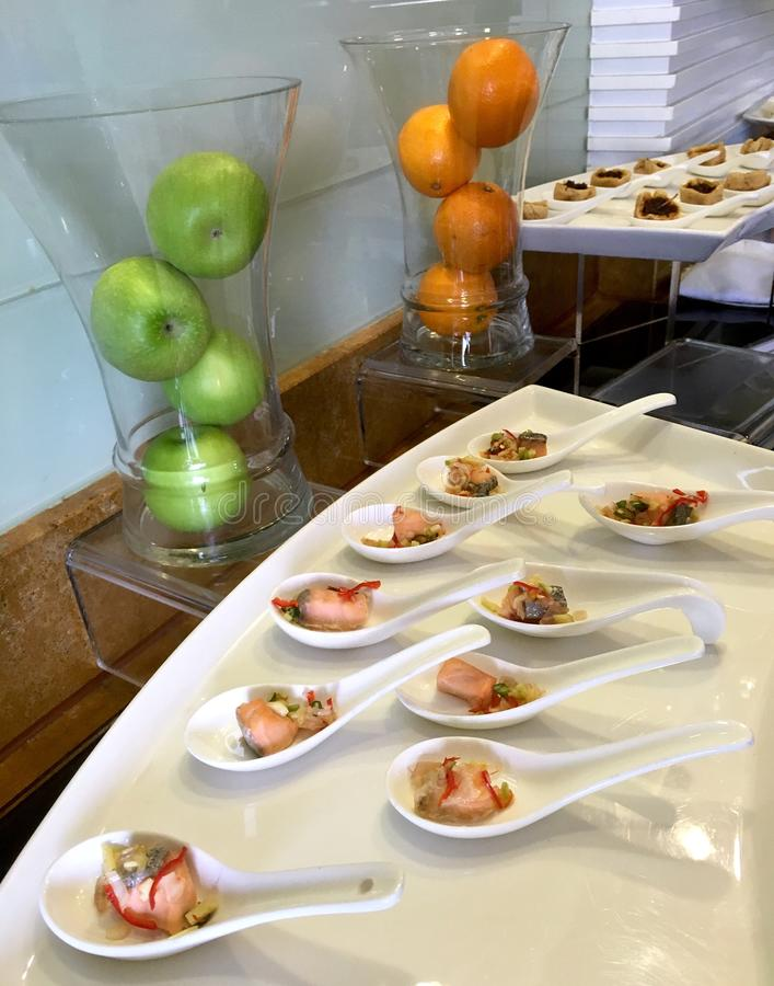 在企业休息室的时髦的美好的用餐的设定 免版税库存图片