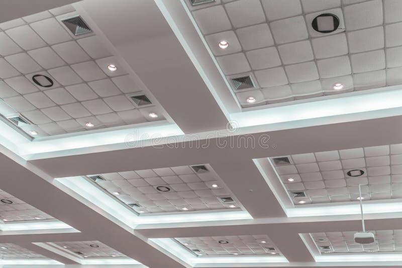 在企业内部办公楼和轻的氖候选会议地点黑暗的天花板石膏  免版税库存图片