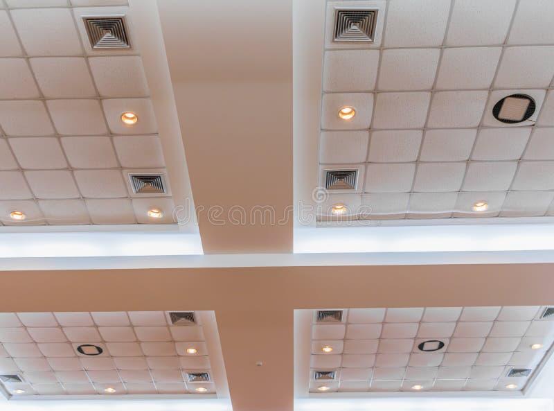 在企业内部办公楼和轻的氖候选会议地点黑暗的天花板石膏  库存图片