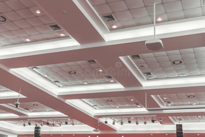 在企业内部办公楼和轻的氖候选会议地点黑暗的天花板石膏  免版税图库摄影