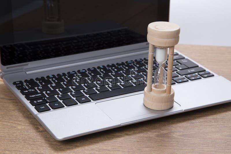 在企业膝上型计算机的蛋定时器 库存图片