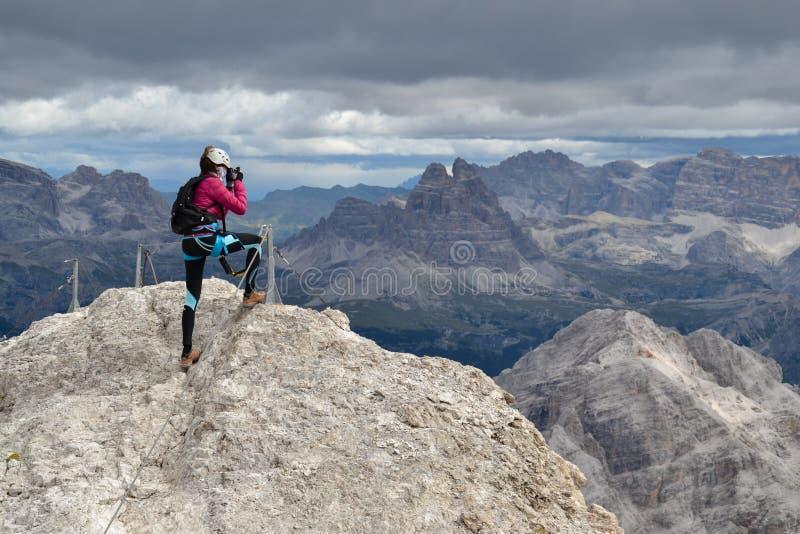 在伊云奴迪博纳的登山人照相通过ferrata 免版税图库摄影
